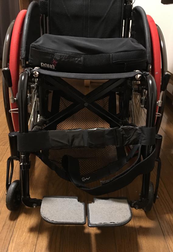車椅子の足置きから足がずり落ちないようにする工夫